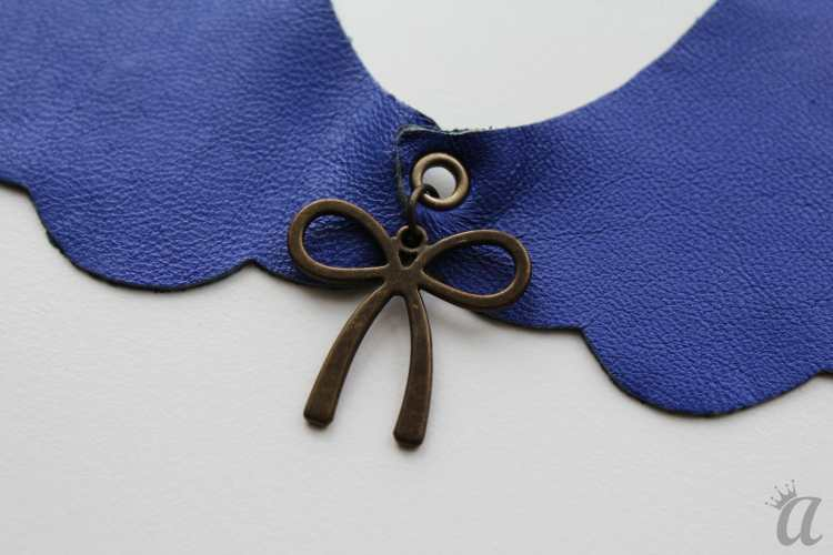 electric blue leather necklace with bow pandant (detail)