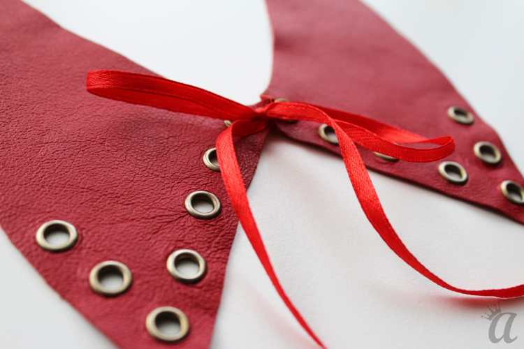 red leather necklace with bow and metallic application (detail)
